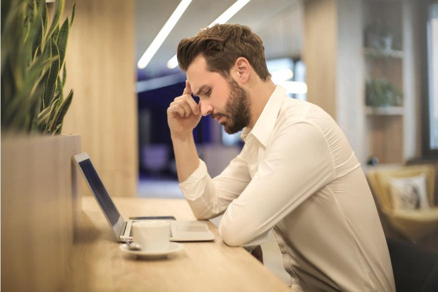 आज की व्यस्त लाइफस्टाइल में घंटों- घंटों बैठना आम बात है. दिन में नौ-नौ घंटे ऑफिस में लोग एक ही मुद्रा में बैठे रहते हैं लेकिन क्या आप जानते हैं? लोगों के बैठने की ये आदत उन्हें बीमार कर रही हैं. उन्हें तमाम तरह की परेशानियों का सामना करना पड़ रहा है. आइए जानते हैं कौन-कौन सी हो रही हैं दिक्कतें?