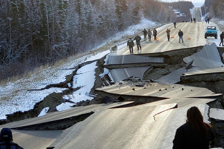 अलास्का के एंकरेज और आसपास के क्षेत्रों में शुक्रवार को भूकंप के कई झटके महसूस किए गए. भूकंप की वजह से सड़कों और इमारतों को काफी नुकसान पहुंचा है. कई सड़के पूरी तरह से बीच से टूट सी गई हैं और यातायात बाधित हो गया है.
