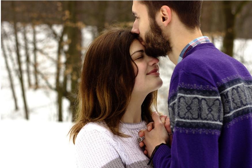 किसी भी शादीशुदा जोड़े के लिए हनीमून पर जाना एक ख्वाहिश होती है. दोनों के दिलों में इस ट्रिप को लेकर बड़े अरमान होते हैं. वे चाहते हैं कि उनकी ये ट्रिप एक दम परफेक्ट हो.शादी की तरह ही हनीमून भी हमेशा के लिए यादगार बन जाए. ऐसे में उनकी इसी कोशिश को हम आसान बनाने जा रहे हैं. आपको बताने जा रहे हैं कुछ ऐसे ही स्पॉट के बारे में, जो दिसंबर के महीने में हनीमून पर जाने के लिए सबसे बेस्ट हैं.