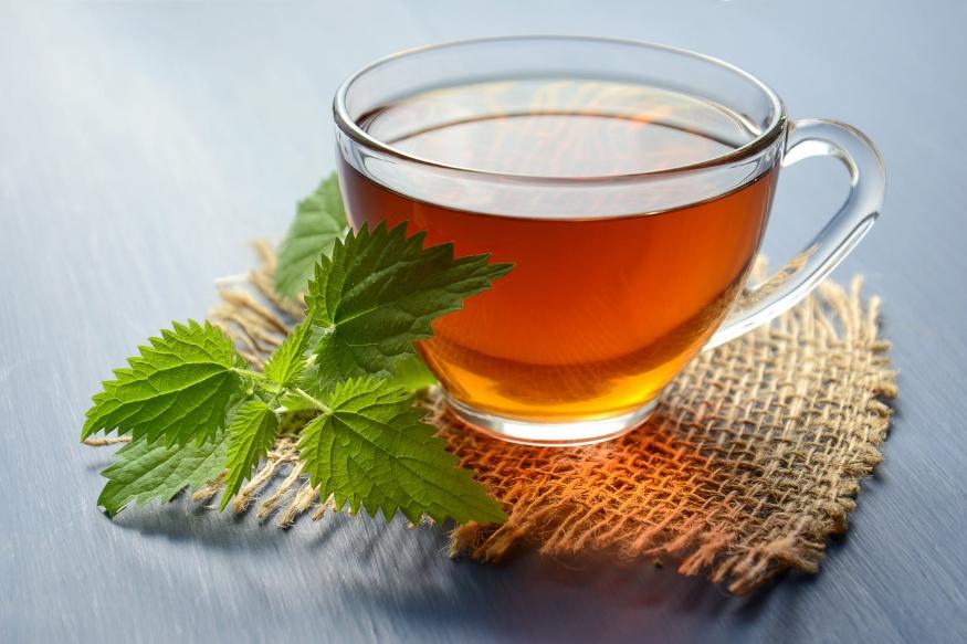 अमूमन हम सबकी दिन की शुरुआत चाय की एक गर्मागम प्याली से होती है. जो लोग चाय नहीं पीते वो कॉफी का सेवन करते हैं. ठंड में तो चाय और कॉफी की संख्या और बढ़ जाती है लेकिन क्या आप जानते हैं कि आपको तरो-ताजा करने वाली ये चाय आपके बच्चों की सेहत पर कैसा प्रभाव डालती है. आइए डालते हैं इस पर एक नजर.