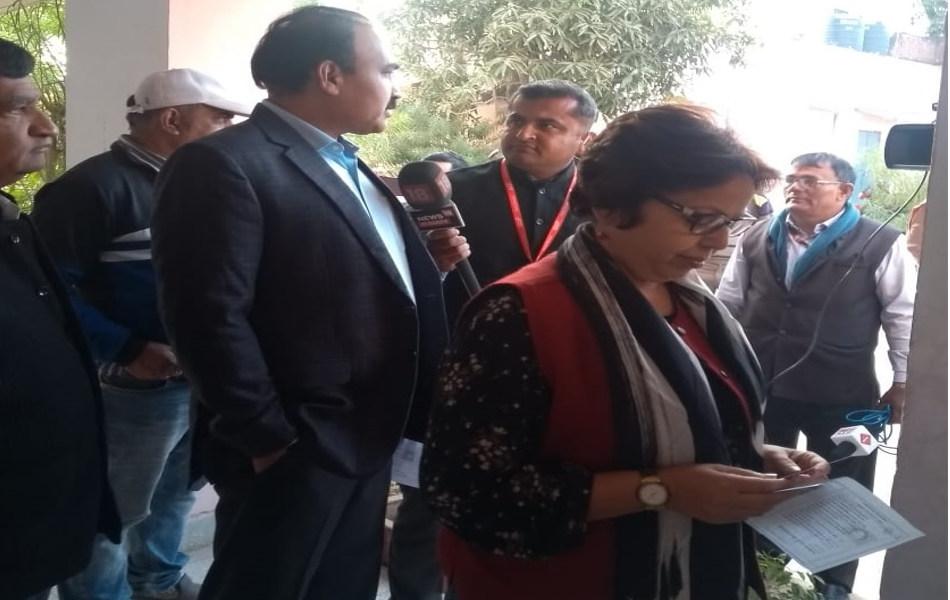 प्रदेश में चुनाव प्रक्रिया की कमान संभाल रहे मुख्य निर्वाचन अधिकारी आनंद कुमार जयपुर के गांधीनगर में मतदान केन्द्र पर अपनी बारी का इंतजार करते हुए.
