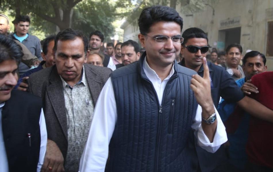 जयपुर में मतदान करने के बाद अपने समर्थकों के साथ पीसीसी चीफ सचिन पायलट।