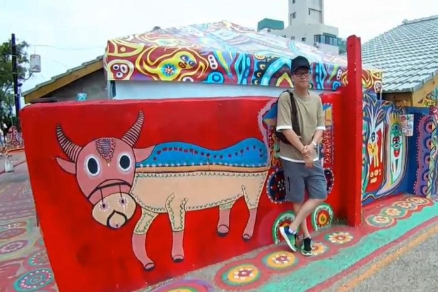 अपने गांव को बचाने के लिए हुआंग ने ब्रश उठा लिया और तरह-तरह की तस्वीरों से गांव को रंगना शुरू कर दिया.