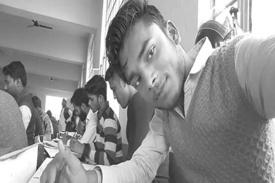 ये मामला बिहार, मोतिहारी के एमएस कॉलेज का है, जहां स्टूडेंट ने एग्जान के बीच ही अपने फोन से फसबुक पर लाइव किया. तस्वीरों में बैकग्राउंड में परीक्षा देते बच्चे, एग्जाम कॉपी, टेबल साफ नजर आ रही हैं.