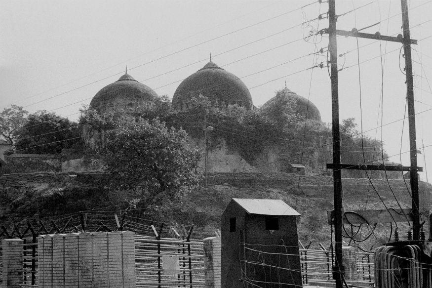 """राजनीतिक विश्लेषक सुभाष निगम के मुताबिक """"अयोध्या में बाबरी मस्जिद का ढांचा गिराए जाने के बाद राजनीति में बड़ा बदलाव देखने को मिला. इस घटना के बाद देश में हिंदुत्व की राजनीति तेज हुई, और राजनीतिक दलों के बीच भी खांचे खिंच गए. बीजेपी और शिवसेना ने जहां हिंदुत्व की राह पकड़ी, वहीं कई दल धर्म निरपेक्षता के नारे के साथ मुस्लिमों के पक्ष में आ खड़े हुए. 1992 की घटना के बाद ही देश में धर्म आधारित राजनीति को ज्यादा हवा मिली. यानी सांप्रदायिकता और धर्म निरपेक्षता का सिक्का चलने लगा."""""""