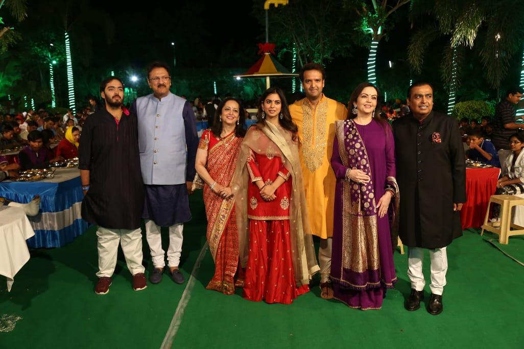 रिलायंस इंडस्ट्रीज के चेयरमैन मुकेश अंबानी की बेटी ईशा की शादी की तैयारियां शुरू हो गई हैं. जिसके लिए पूरा परिवार राजस्थान के उदयपुर पहुंचा चुका है. बता दें कि ईशा अम्बानी और आनंद पिरामल की शादी 12 दिसंबर को मुंबई में होनी है लेकिन उससे पहले उदयपुर में एक प्री-वेडिंग पार्टी आयोजित की गई है. जहां ऐश्वर्या-अभिषेक, अनिल कपूर जैसे कई दिग्गज बॉलीवुड स्टार्स शामिल होने के लिए पहुंच चुके हैं.