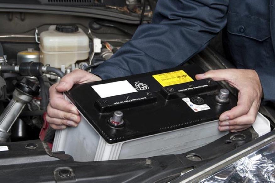 बैटरी का रखें खास ध्यान- ठंड के मौसम में बैटरी का खास ध्यान रखना पड़ता है. इस मौसम में कार की बैटरी थोड़ी दिक्कत करती है. अगर आप कभी-कभी कार चलाते हैं तो कोशिश करें कि हर दिन बाद गाड़ी को स्टार्ट करें इससे बैटरी डिस्चार्ज नहीं होगी और जब कभी आप कार स्टार्ट करेंगे तो दिक्कत नहीं होगी. इसके अलावा अगर बैटरी पहले से ही ख़राब है तो कोशिश करें की बैटरी बदलवा लें.