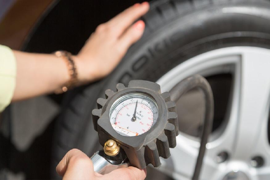 टायर प्रेशर- ठंड के समय टायर पर तापमान का बहुत असर पड़ता है. इस दौरान आप एक सिक्के से कार के पहियों की जांच कर सकते हैं. इस मौसम में टायर में दो प्वाइंट कम हवा रखनी चाहिए. अगर टायर काफी घिस चुके हैं तो उन्हें बदलवा लें.