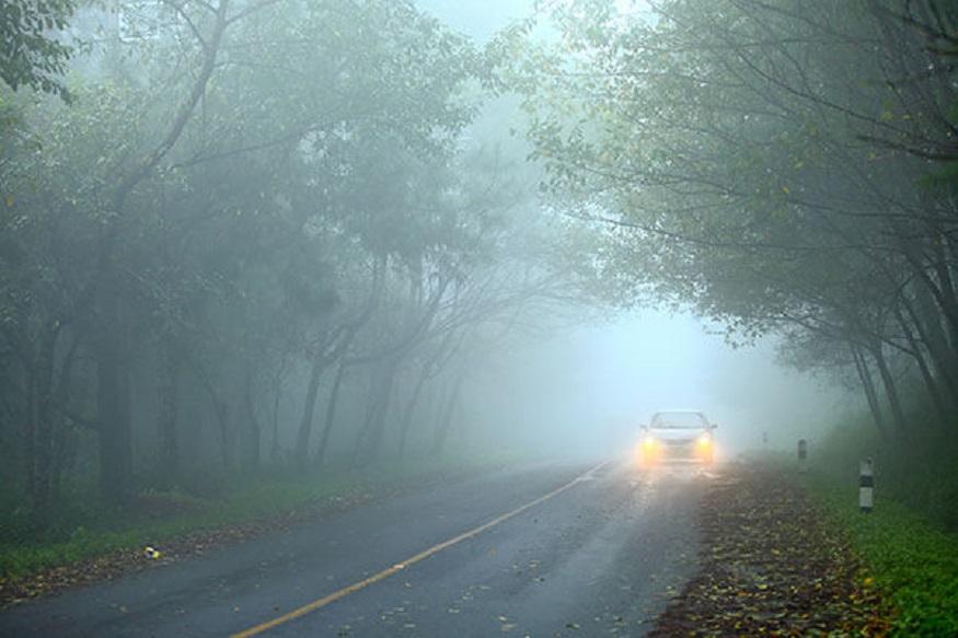 गाड़ी में फोग लैम्प्स लगवाएं- कोहरे की वजह से ठंड के मौसम में विजिबिलिटी काफी कम हो जाती है इसलिए गाड़ी में फोग लैम्प्स लगवाना बेहतर रहता है. फोग लैम्प्स की रोशिनी हमेशा पीली होनी चाइये ताकि कोहरे में साफ देखा जा सके. सफेद रोशिनी कोहरे को काट नहीं पाती. गाड़ी की हेड लाइट्स, टेल लाइट्स को भी सही रखें.