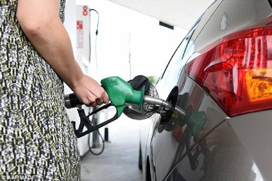 पेट्रोल की टंकी रखें फुल- गर्मी की अपेक्षा सर्दी के मौसम में पेट्रोल की टंकी फुल रखने से आपकी गाड़ी कभी बीच में बंद नहीं होगी. फ्यूल पंप में ठंड की वजह से पानी जमा हो जाता है, लेकिन पर्याप्त फ्यूल सही तापमान बनाए रखता है.