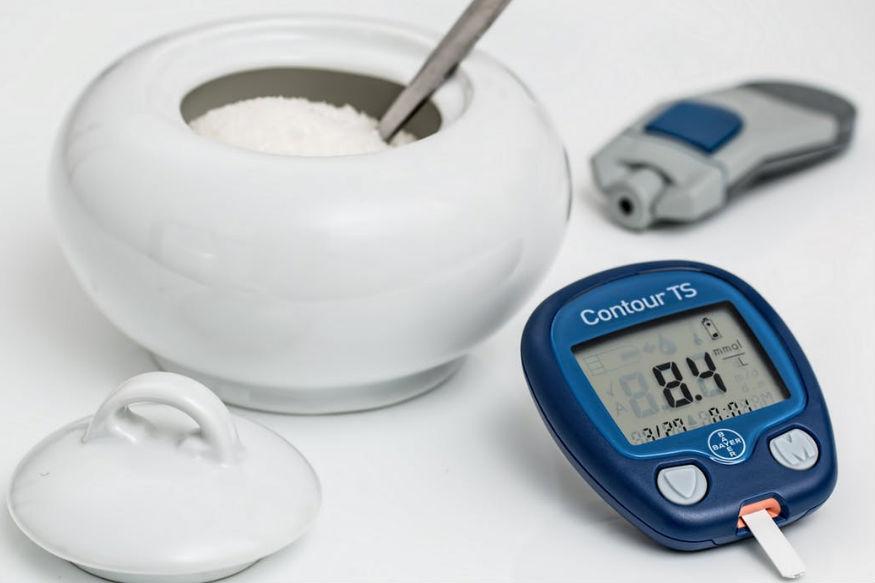 जिन लोगों को डायबिटीज़ की समस्या है वे सुबह खाली पेट ठंडा दूध और रात की बासी रोटी खाएं. शुगर नियंत्रित रहती है.