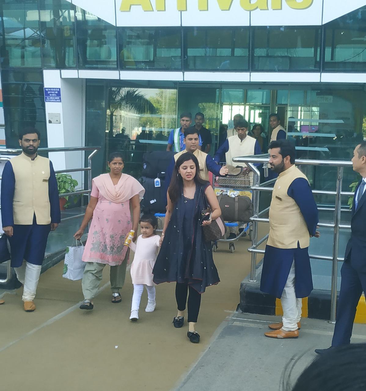 भारतीय क्रिकेट टीम के पूर्व कप्तान महेंद्र सिंह धोनी की पत्नी साक्षी धोनी और बेटी जीवा, ईशा और आनंद के प्री-वेडिंग फंक्शन में शामिल होने के लिए पहुंच चुकी हैं.
