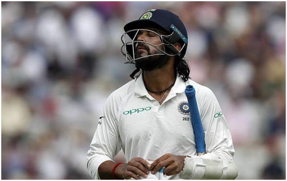 आप अगर टीम इंडिया के टॉप ऑर्डर को आउट होते देखें तो सब के सब ऑफ स्टंप के बाहर जाती गेंदों पर लपके गए. पहले घंटे में पिच से गेंदबाजों को मदद मिल रही थी. ऐसे में अगर इस दौरान ऑफ स्टंप के बाहर जाती गेंदों को छोड़ा जाता तो शायद कहानी कुछ और हो सकती थी. टीम इंडिया के टॉप फोर (पुजारा को छोड़कर) इसी अंदाज में आउट हुए.