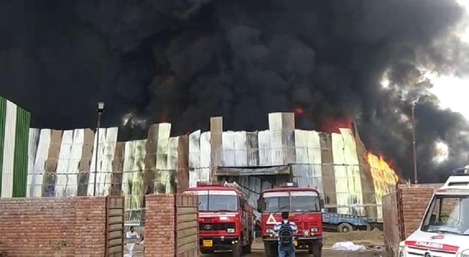 वहीं आग ज़्यादा भयानक होने के कारण कई घंटे इस आग को काबू पाने में लग गए. जिसके बाद प्रशासन ने तुरंत हरकत में आते हुए दूसरे जिलों से भी फायर ब्रिगेड की गाड़ियों की मदद के साथ आग पर काबू पाया. मौके पर पहुंचे पुलिस और सिवल प्रशाशन के आधिकारियों ने बताया कि प्राथमिक जांच से सिलेंडरों में आग लगने से ये हादसा हुआ है.
