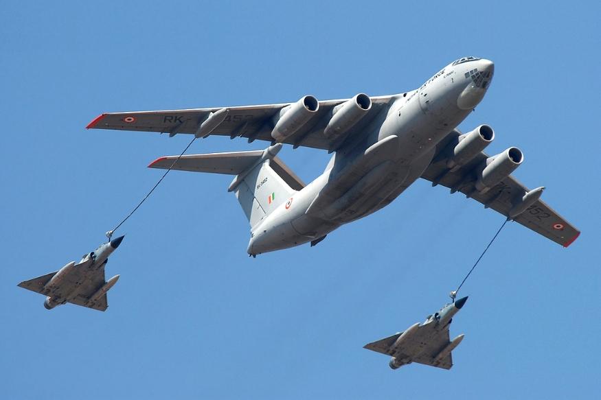 जापान के तट पर गुरुवार को ईंधन भरने के दौरान अमेरिका के दो एयरक्राफ्ट हादसे का शिकार हो गए. ये हादसा हवा में ईंधन भराने के दौरान हुआ.