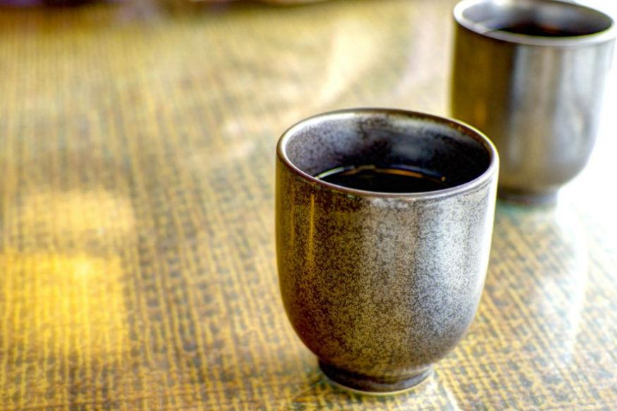 भारत में कई लोगों को सुबह उठते ही बेड-टी पीने की आदत होती है. इसमें कई लोग ऐसे भी हैं जिन्हें चाय नहीं बल्कि कॉफी पीने की आदत होती है. सुबह उठकर दूध वाली चाय पीने की फैन जनता शायद थोड़ी ज्यादा है.ये करीब पांच तरह की चाय ऐसी हैं जो आपको कई स्वास्थ्य संबंधी फायदे तो देंगी ही साथ ही ये आपका वजन घटाने में भी मदद करेंगी. आइए जानते हैं कैसे.