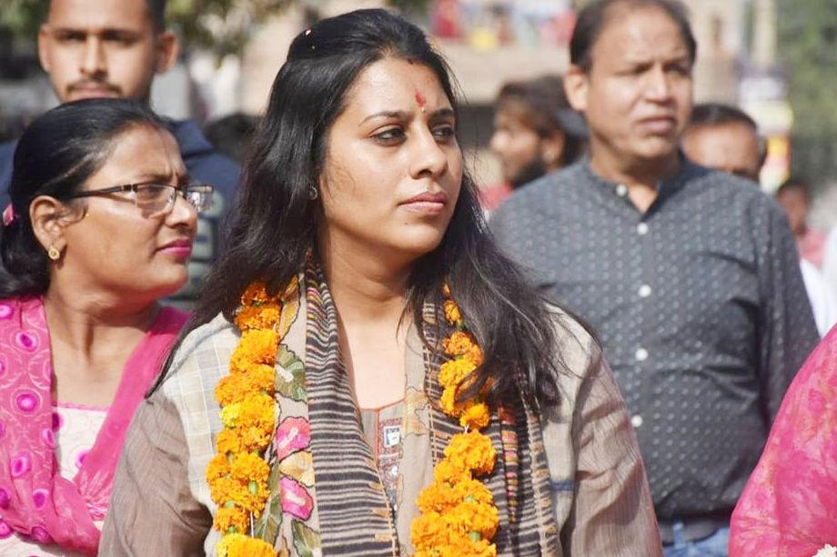 कामिनी के पास करीब ढाई किलो सोना और 23.47 किलो चांदी के जेवरात हैं. कामिनी पंजाब यूनिवर्सिटी, चंडीगढ़ से एमफिल की डिग्री ले चुकी हैं.