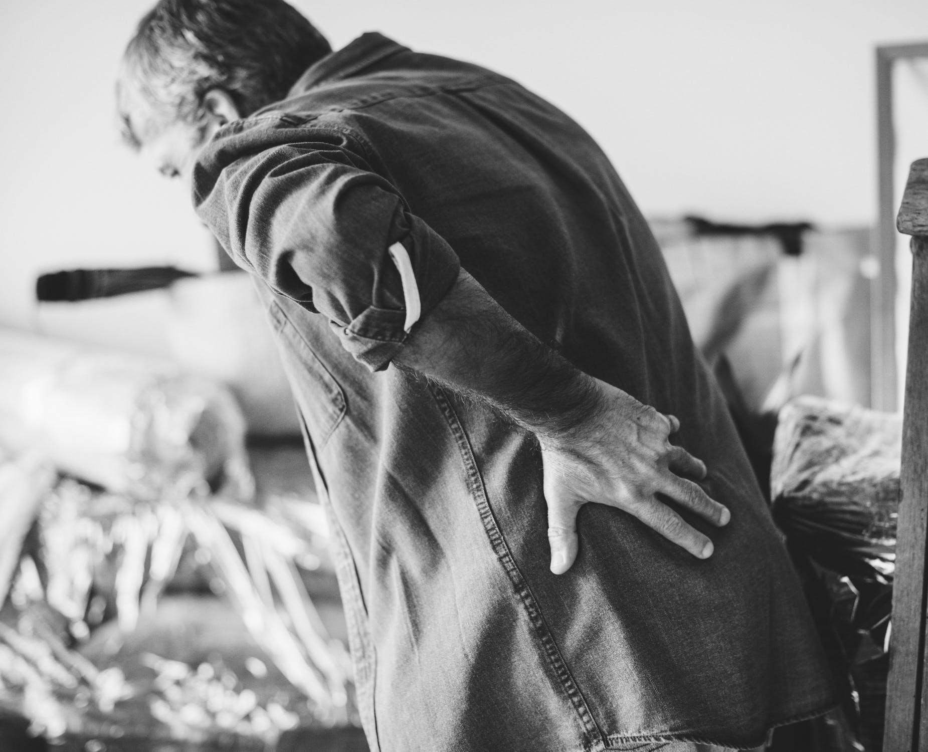 इसके अलावा, टेढ़े होकर बैठने से रीढ़ की हड्डी के जोड़ खराब हो सकते हैं और रीढ़ की हड्डी की डिस्क पीठ और गर्दन में दर्द का कारण बन सकती है.