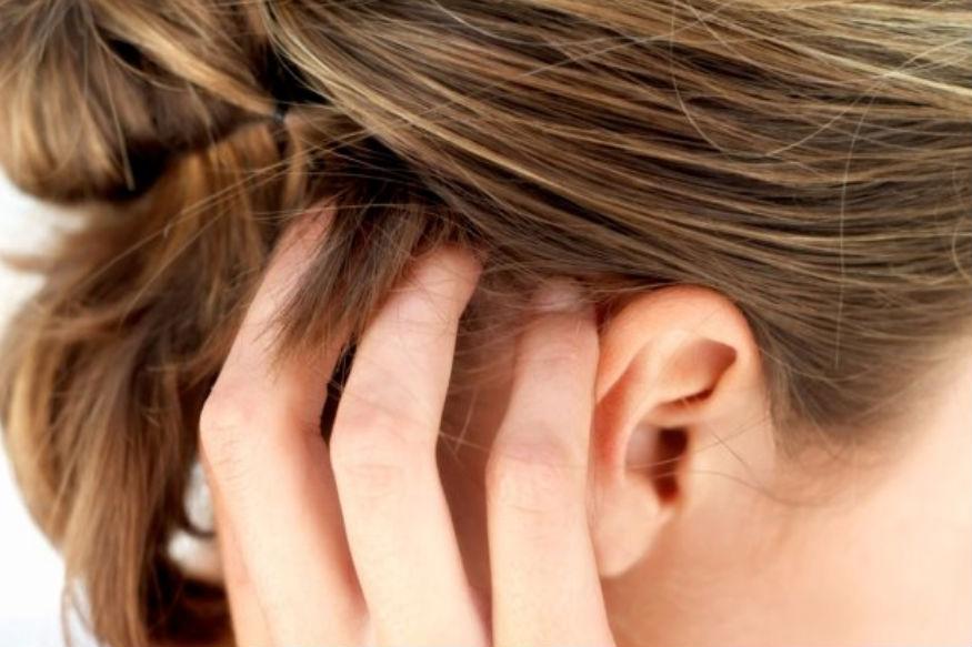 बालों के लिए भी ये काफी लाभकारी होती है. मेथी का पेस्ट बालों में लगाने से बाल झड़ने की समस्या कम होती है और वे मजबूत बनते हैं.