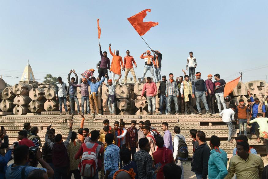 राम मंदिर आंदोलन से बीजेपी जितना सियासी फायदा चाहती थी क्या उतना उसे मिला? इसके दो मत हैं. कुछ विश्लेषकों का कहना है कि उसे इसका फायदा नहीं मिला तो कुछ का कहना है कि इस आंदोलन ने उसे हिंदुत्व की प्रखर समर्थक पार्टी का तमगा दिया जिसका वो आज भी फायदा उठा रही है. आंकड़े यह बताते हैं कि यूपी, जहां अयोध्या है वहां बीजेपी को मंदिर आंदोलन के बाद लगातार सियासी नुकसान होता रहा.
