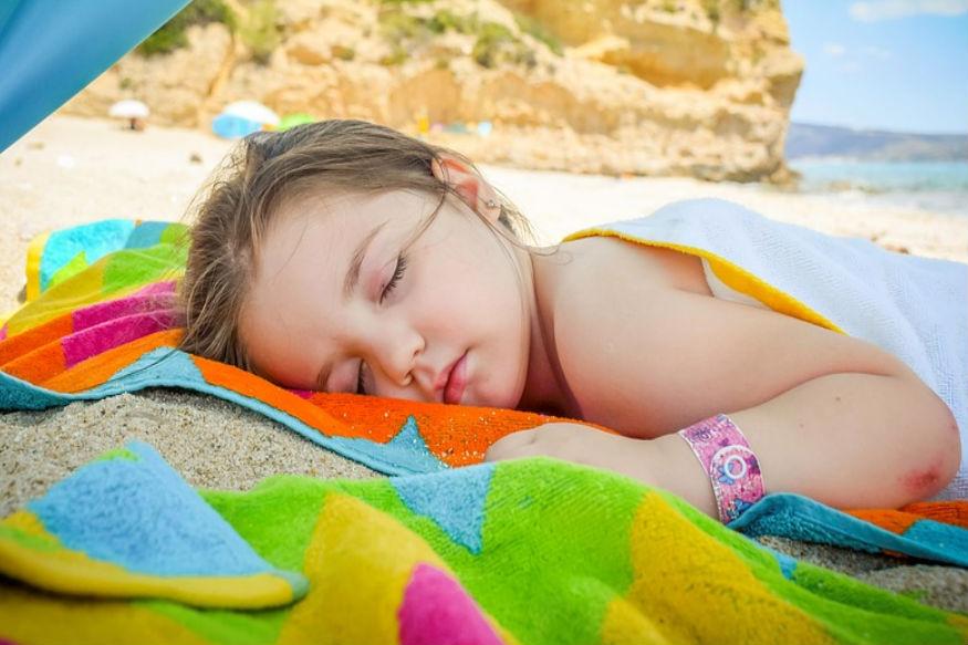 कई बार सोते हुए पैरेंट्स को पता नहीं चलता कि वे बच्चे के ऊपर आ गए हैं. यानी हाथ या पैर या बाहें सोते हुए उन्होंने बच्चे के ऊपर रख लिए हैं. इससे बचने के लिए कोशिश करें बच्चे को अलग पालने में सुलाना. वह बिना किसी तकलीफ के सो पाएगा.