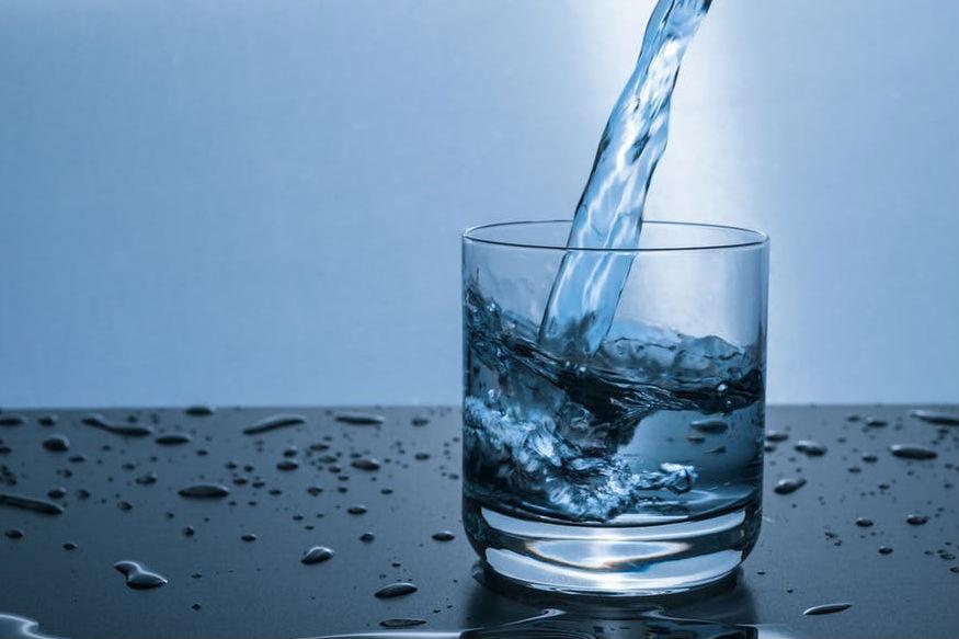 कई लोग हैं जिन्हें खाना खाने के बाद पानी पीना पसंद होता है. लेकिन अगर आप अपनी ये आदत सुधार लें, बाद की जगह काने से पहले पानी पिएं तो वजन कम कर सकते हैं.