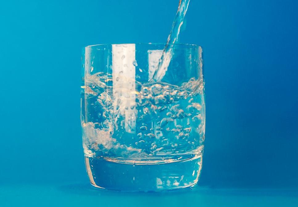 कोशिश करें कि पानी नॉर्मल ही पिएं. ज्यादा गर्म या ज्यादा ठंडा पानी सेहत को नुकसान पहुंचा सकता है.