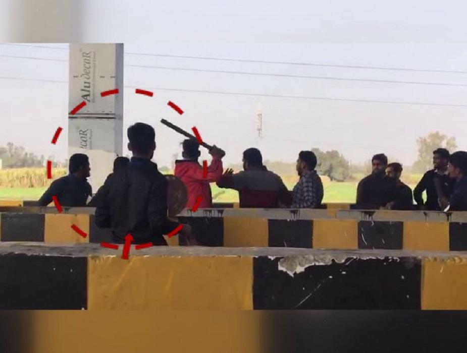 आरोप है कि हरियाणा रोडवेज अंबाला डिपू की बस बराड़ा से यमुनानगर आ रही थी. लेकिन टोल पर टैग लाइन रास्ता न होने के कारण चालक बस को दूसरी लाइन में ले आया. जिसके बाद टोल पर बैठे कर्मचारी ने चालक को टोल की पर्ची कटवाने की बात कहने लगा. लेकिन चालक ने बस पर टैग लगा होने की बात कही तो कर्मचारी ने टोल देकर ही बस को आगे ले जाने की बात कही.