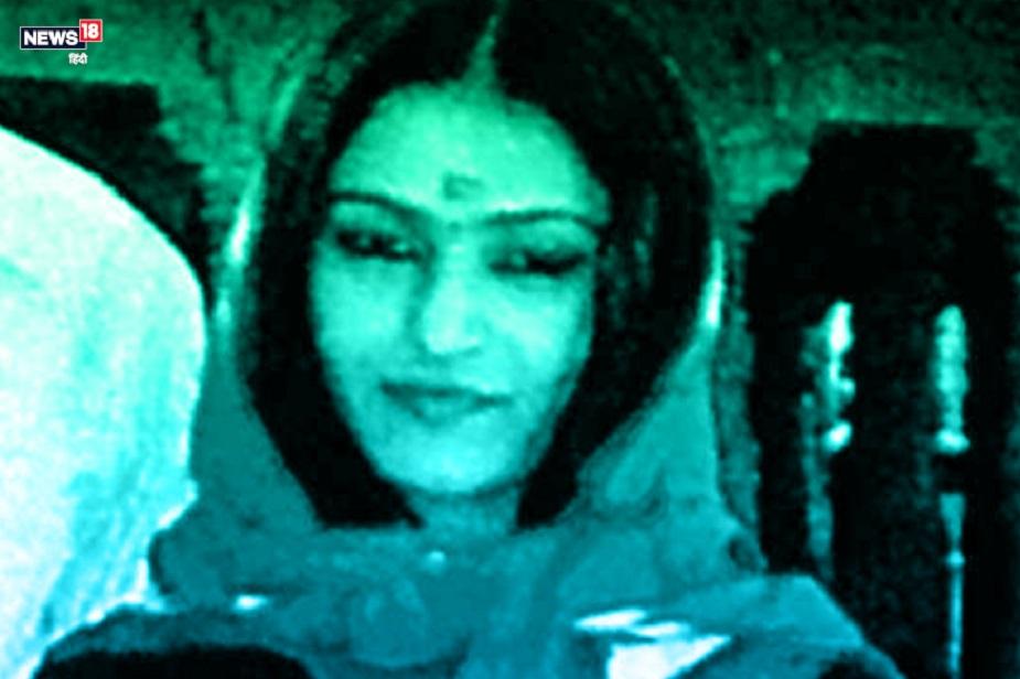 दोनों के बीच जल्द ही दोस्ती हो गई. बातों-बातों में नेहा को बहुत कुछ पता चल चुका था मसलन, मेघा का पति बैंक अफसर था, शहर के बाहर पोस्टेड था और मेघा अपनी बेटी व सास के साथ श्रीनगर स्थित बड़े मकान में रहती थी. नेहा और रोहित शादी करना चाहते थे लेकिन दोनों के हिसाब से पैसों की तंगी थी. 'शादी के बाद भी क्या ऐसे ही घुट घुटकर जिएंगे? अरे, मज़ा तो तब है जब कम से कम मेघा जैसा बंगला हो, गाड़ी हो और खूब पैसे...'