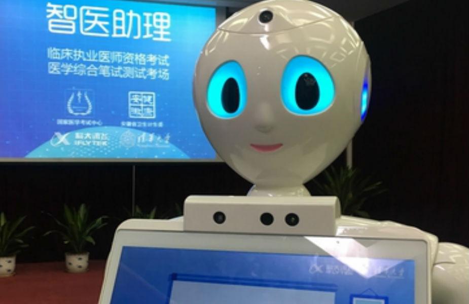 दुनिया के सबसे बड़े कंज्यूमर इलेक्ट्रॉनिक्स शो की शान रहा एक अत्याधुनिक रोबोट. एडवांस आर्टिफिशियल इंटेलिजेंस से युक्त ये रोबोट सारे घरेलू काम करता है और पढ़ाई-लिखाई में भी उतनी ही दक्षता से मदद कर सकता है. वॉन्डर वर्कशॉप का एक रोबोट प्रदर्शनी में आए लोगों के आकर्षण का केंद्र रहा जो बच्चों को कोडिंग सिखाता है, साथ ही सोनी का पपी की तरह लगने वाला रोबो डॉग पपी की ही आसपास के लोगों के साथ खेलता है. इसकी आंखों और नाक में कैमरा लगा हुआ है जिससे ये वेबकैम का भी काम करता है.