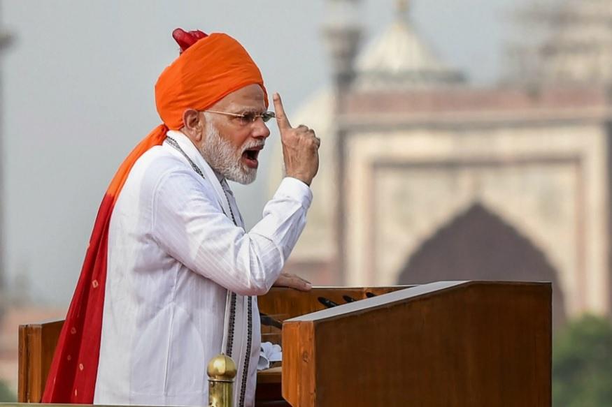 प्रधानमंत्री नरेंद्र मोदी इस साल गणतंत्र दिवस के मौके पर रंग-बिरंगा साफा पहनने के अपने अंदाज को बरकरार रखते हुए शनिवार को केसरिया रंग के खूबसूरत साफे में नजर आए थे. पारंपरिक कुर्ता पायजामा और नेहरू जैकेट पहने थे.