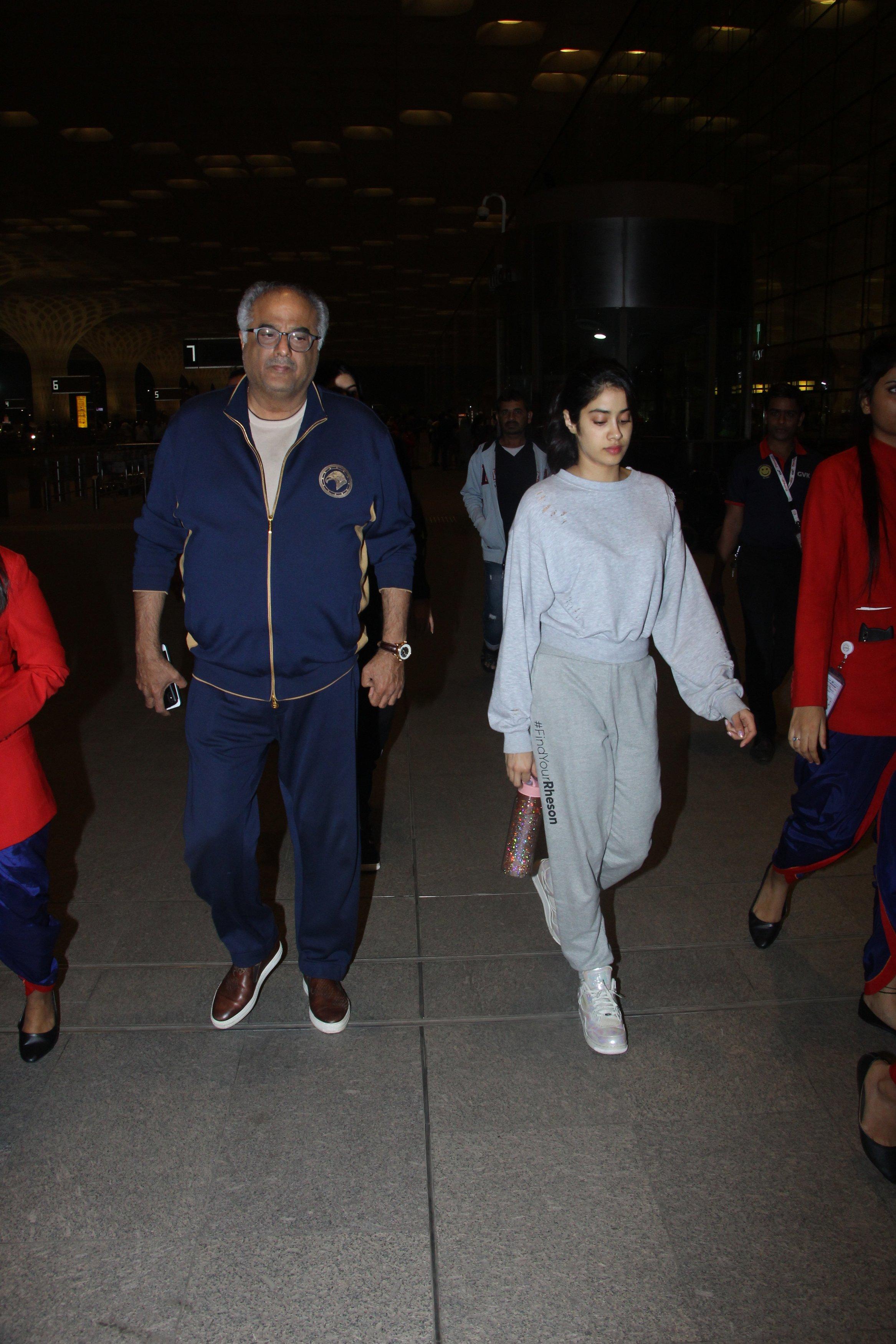 बोनी कपूर भी बेटी जान्हवी के साथ एयरपोर्ट पर नजर आए. इस दौरान जान्हवी बेहद सिंपल लुक में नज़र आईं.