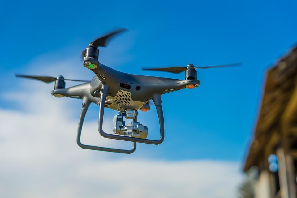 ड्रोन को एक जगह स्टेबल रखने के लिए चारों रोटर समान पावर के साथ घूमते हैं. वहीं अगर ड्रोन को आगे की तरफ उड़ाना है तो उसके आगे के दोनों रोटर कम तेजी से घूमते हैं लेकिन पीछे के दोनों रोटर पूरी तेजी के साथ घूमते हैं और ड्रोन को एक तरह से आगे की ओर धक्का देते हैं.