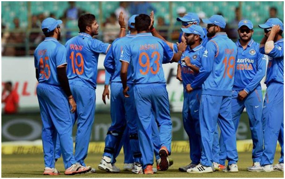 शानदार टेस्ट सीरीज के बाद भारत और ऑस्ट्रेलिया की टीमें तीन मैचों की वनडे सीरीज में दो-दो हाथ करेंगी. टेस्ट सीरीज जीतने के बाद मेहमान टीम का विश्वास कई गुना बढ़ हुआ है. ऐसे में वे वनडे सीरीज में भी दबाव बनाने के लिए तैयार होंगे. जहां एक ओर कुछ टेस्ट टीम के भारतीय खिलाड़ी वनडे टीम का भी हिस्सा हैं वहीं दूसरी ओर ऑस्ट्रेलिया वनडे सीरीज में लगभग पूरी तरह से बदली हुई टीम के साथ उतर रही है. ऑस्ट्रेलियाई सेलेक्टर्स ने टीम सेलेक्शन में बड़े फेरबदल किए हैं और क्रिस लिन, एश्टन एगर को द. अफ्रीका के खिलाफ खराब प्रदर्शन के बाद टीम से बाहर का रास्ता दिखा दिया है. नाथन कूल्टर नाइल को चोट की वजह से टीम में नहीं चुना गया है. लेकिन इसी बीच एगर और कूल्टर नाइल ने सेलेक्टर्स पर उन्हें जानबूझकर न चुने जाने का आरोप लगाया है. ऑस्ट्रेलिया टीम इस समय वनडे रैंकिंग में 100 अंकों के साथ नंबर 6 पर है. वे द. अफ्रीका के खिलाफ वनडे सीरीज हार कर आ रहे हैं. ऐसे में उनका मकसद जीत की राह में लौटने का होगा.