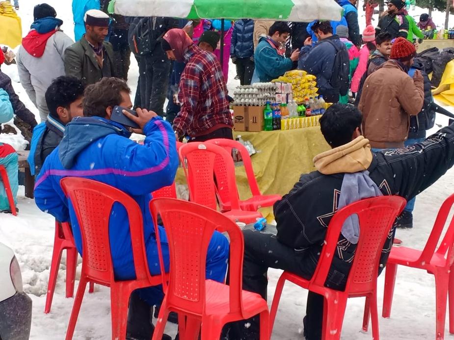 हिमाचल प्रदेश के दूसरे स्थानों में शुक्रवार को बादलों और धूप की आंख-मिचौली का दौर जारी रहा.