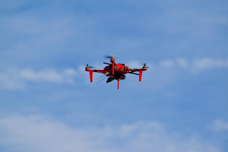 इसे दूसरे शब्दों में समझें तो ड्रोन की उड़ान पूरी तरह से रोटर की रफ्तार पर निर्भर होती है. पावर शिफ्ट होता रहता है और ड्रोन उड़ता रहता है.