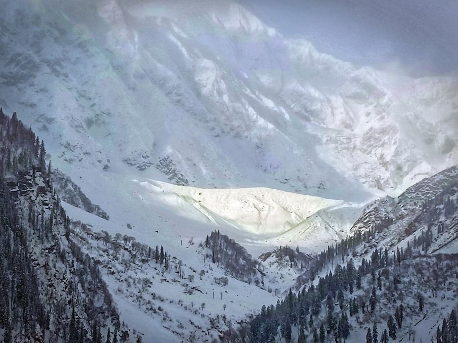 मनाली प्रशासन ने 13 जनवरी तक घाटी में बर्फबारी को लेकर अलर्ट जारी किया है.