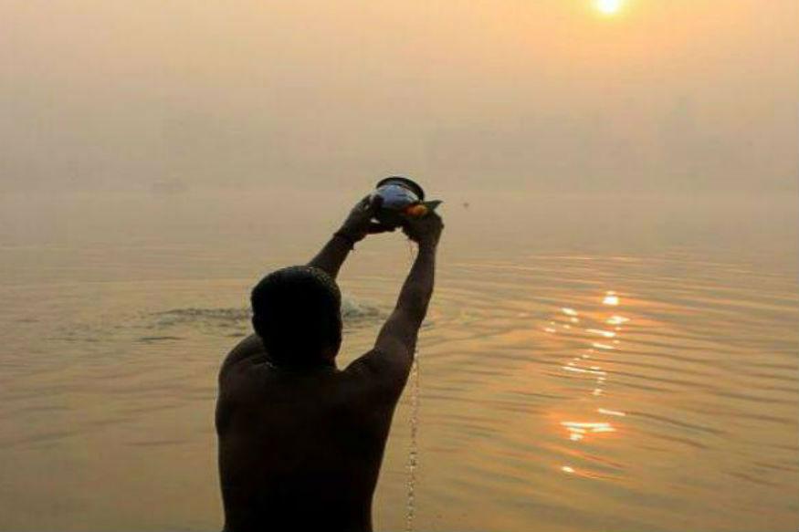 मकर संक्राति हिंदू धर्म के कुछ मुख्य त्योहारों में से एक है. इस साल ये त्योहार 15 जनवरी को पड़ रहा है. इस रोज भगवान सूर्य को खिचड़ी का भोग लगाकर खिचड़ी खाने की परंपरा है. साथ ही तिल-गुड़ का भोग लगाया और तिल के लड्डू बड़ी निष्ठा और शौक से खाए जाते हैं. देश के पूर्वी हिस्से में दही-चूड़ा खाकर दिन की शुरुआत की जाती है. लेकिन क्या आप जानते हैं कि खास इसी दिन ये चीजें खाने का नियम क्यों बना? इसके पीछे सेहत से जुड़ी कई वजहें हैं.