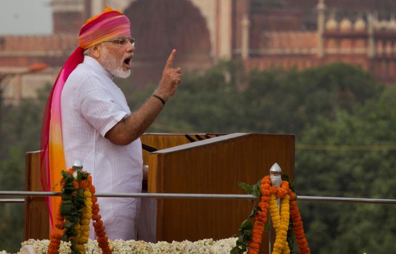 गुलाबी पगड़ी के साथ पीएम मोदी ने 2017 में सफेद रंग का कुर्ता-पायजामा पहना था.