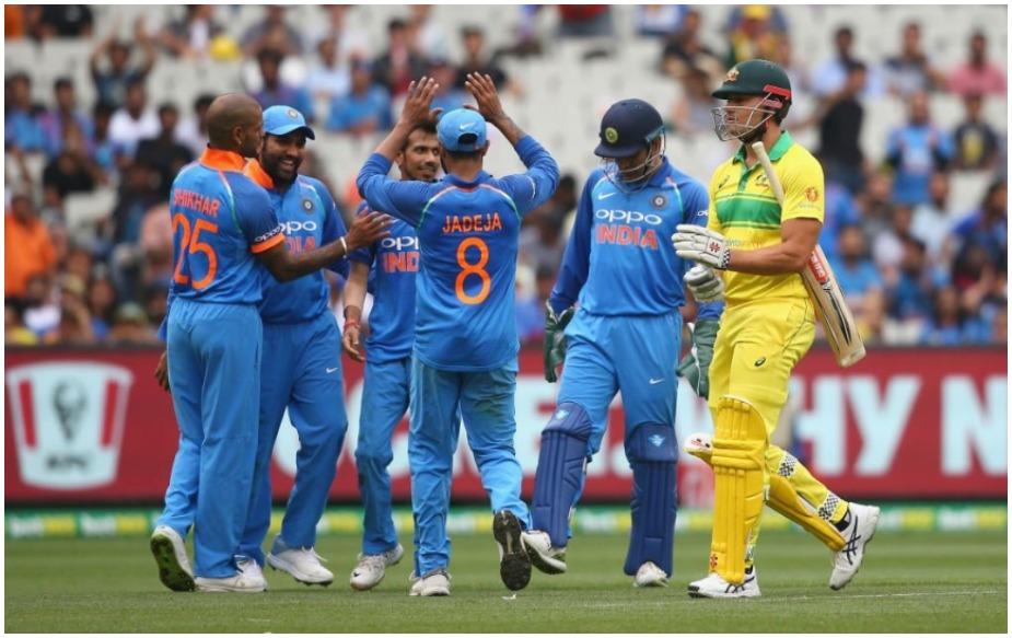 चहल के कहर के कारण ऑस्ट्रेलिया पूरे 50 ओवर भी नहीं खेल पाई और 48.4 ओवरों में 230 पर ऑलआउट हो गई. ऑस्ट्रेलिया की ओर से हैंड्सकॉम्ब ने सबसे ज्यादा 58 रन बनाए. उनके अलावा मार्श ने 39 और ख्वाजा ने 34 रन बनाए.