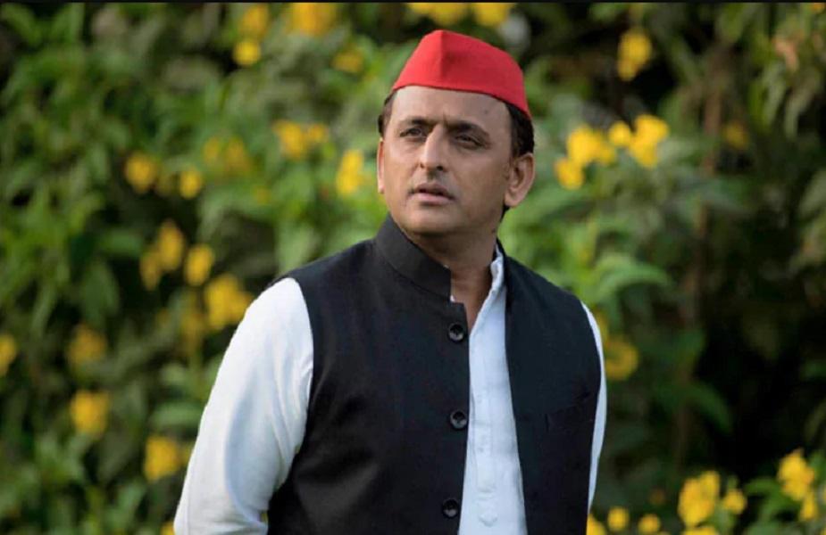 कानपुर देहात में एक शादी का कार्ड खूब सुर्खियां बटोर रहा है. जिसके भी हाथ में यह शादी का कार्ड आया, सब कुछ छोड़ कर पहले वो समाजवादी पार्टी के लिए की गई अपील को पढ़ता है. इसके बाद उस अपील पर चर्चा जरूर करता है. लोहिया वाहिनी के जिला महासचिव सौरभ सिंह उर्फ़ देवेन्द्र प्रताप सिंह ने शादी के कार्ड में समाजवादियों, रिश्तेदारों और समाज के हर तबके के लोगों से अपील की है. कार्ड में लिखा हुआ है- अखिलेश की सुने साइकिल ही चुने, अपना वोट समाजवादी पार्टी को दे. आगे देखें- (रिपोर्ट- सौरभ मिश्रा)