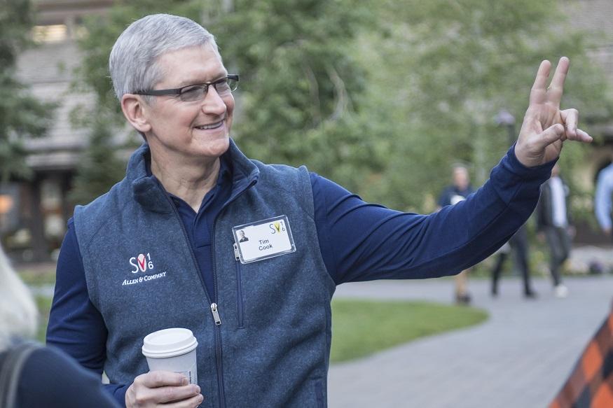 आईफोन बनाने वाली कंपनी एप्पल कंपनी के सीईओ टिम कुक अपनी जवानी में अखबार बेचकर घर का खर्च चलाते थे. इसके अलावा,उन्होंने अपनी मां के साथ फॉर्मेसी में काम किया,लेकिन उनकी चाहत ऊपर उठने और बड़ा बनने की थी. अपनी इसी सोच के साथ उन्होंने मेहनत की और आज वो दुनिया की बेहतरीन टेक कंपनी एप्पल के सीईओ हैं. आपको बता दें किआईफोन कंपनी एपल के सीईओ टिम कुक को 2018 में 84 करोड़ रुपए (1.2 करोड़ डॉलर) का बोनस मिला. यह अब तक का सबसे ज्यादा है. एपल ने मंगलवार को रेग्युलेटरी फाइलिंग में बोनस की रकम के बारे में जानकारी दी. कुक को 2017 में 65 करोड़ रुपए का बोनस मिला था.