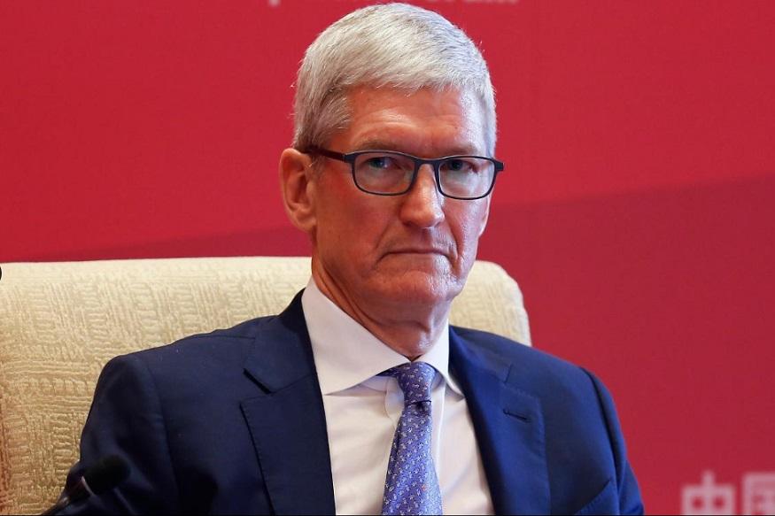 <br />एप्पल के सीईओ टिम कुक इसके लिए अमरीकी राष्ट्रपति डोनल्ड ट्रंप को ज़िम्मेदार मानते हैं.टिम कुक ने कंपनी के शेयरधारकों से कहा था, 'व्यापार युद्ध का असर अब दिखन लगा है और इससे ग्राहकों का भरोसा डगमगा रहा है.'एप्पल को भले ही बहुत भारी नुक़सान हुआ हो लेकिन इस कंपनी की तिजोरियां अभी भी भरी हुई हैं और बहुत संभव है कि एप्पल किसी और क्षेत्र में अपनी कोई और नई शाखा खड़ी कर दे. इस कपंनी के पास ऐसा करने के लिए पर्याप्त पैसा है.
