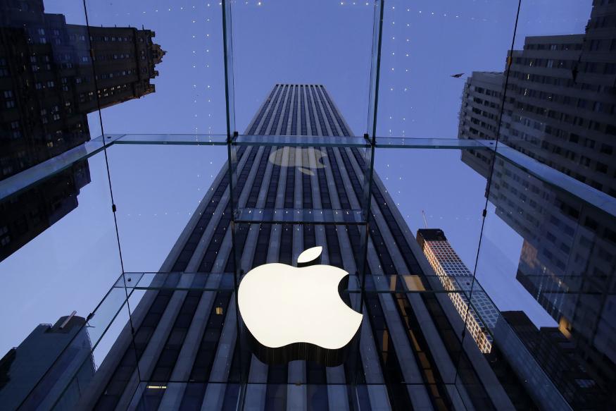 आईफोन बनाने वाली कंपनी एप्पल(Apple) को अब तक का सबसे बड़ा झटका लगा है. कंपनी की आमदनी में गिरावट के अनुमान के चलते कंपनी की मार्केट कैप कुछ घंटों में ही 5.25 लाख करोड़ रुपये तक लुढ़क गई. इससे कंपनी के शेयर में पैसा लगाने वालों को भी बड़ा घाटा हुआ है. आइए जानें 16 साल में ऐसा पहली बार क्या हुआ...