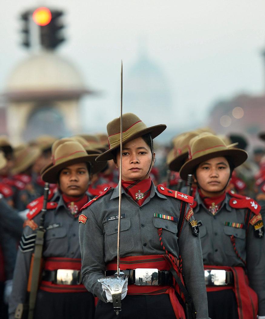 असम राइफल्स टुकड़ी की महिला सैनिकों ने नई दिल्ली में राजपथ पर सुबह तड़के आगामी गणतंत्र दिवस परेड 2019 के लिए रिहर्सल के दौरान मार्च किया. (तस्वीर: पीटीआई/News18)