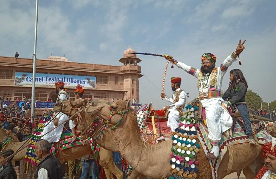 राजस्थान में मरुधरा की शान के प्रतीक के रूप में देश विदेश में पहचान बना चुका बीकानेर का केमल फेस्टिवल 2019 आज से शुरू हो चुका है.
