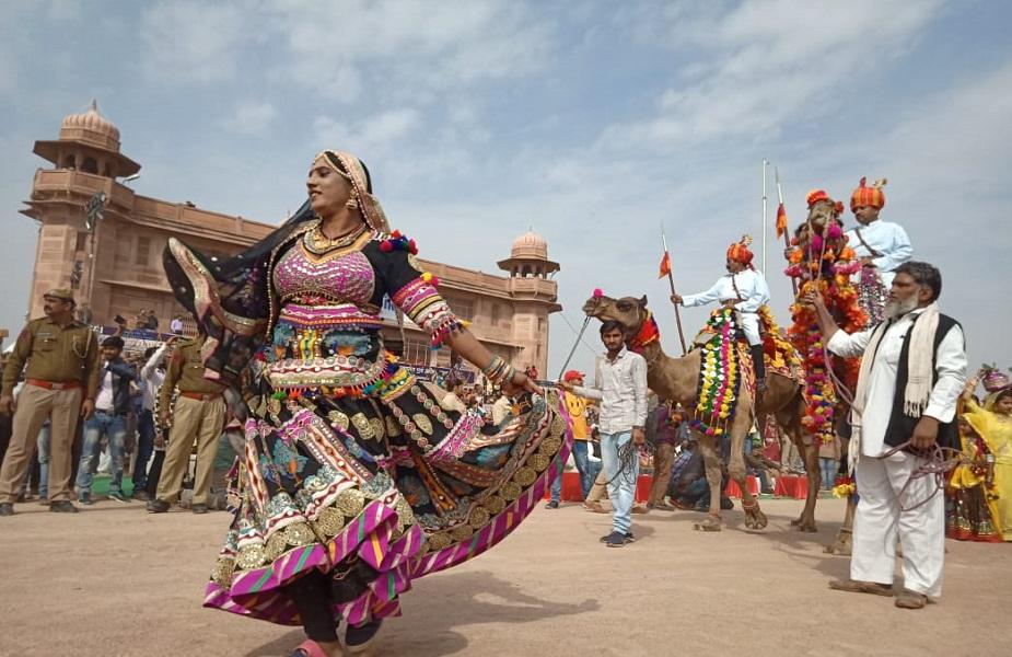 <br />बीकानेर के करणी सिंह स्टेडियम में ऊंट उत्सव का उद्घाटन आर्मी के बैगपाइपर बैंड की प्रस्तुति पर हुआ. इसके साथ ही राजस्थानी गीतों को स्वर लहरियों ने पर्यटकों को रोमांचित कर दिया.