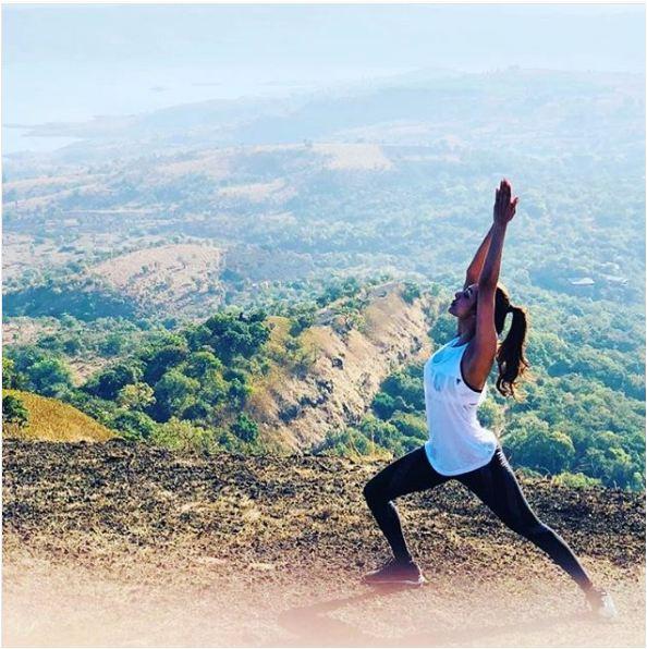 खूबसूरत पहाड़ी पर योगासन करती हई मलाइका अरोड़ा खान .