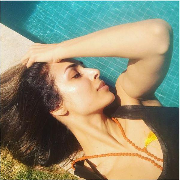 स्विमिंग पूल के किनारे ग्लैमरस अंदाज में मलाइका अरोड़ा खान.