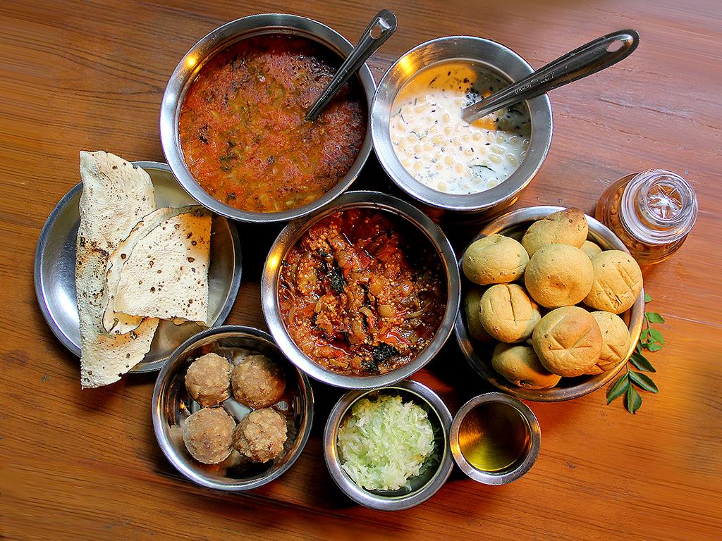 गोल्डन स्टार, मुंबई. रसोईघर- राजस्थानी और गुजराती. यहां पर थाली की कीमत हफ्ते के पांच दिन 270 रुपए और वीकेंड पर 300 रुपए है. ये रेस्टोरेंट सपनों की नगरी में बेहद मशहूर है. यहां की खाली में चार डिश होती हैं. जिसमें, कौटेज चीज़, लेंटिल्स, आलू और हरी सब्जी, फारसांस (चाट, फ्राइड और स्टीम्ड), गुजराती दाल, दाल बाटी और तीन तरह के चावल. मीठे में देसी घी की जलेबी, मालपुआ, रबड़ी और केसर पूरनपोली.